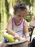 Kleines Mädchen, das mit ihrer Puppe spielt Stockfotografie