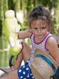 Kleines Mädchen, das mit ihrer Puppe spielt Lizenzfreies Stockfoto