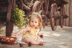 Kleines Mädchen, das mit Kaninchen im Dorf spielt. Im Freien. Sommerporträt. Stockfotografie