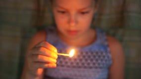 Kleines Mädchen, das mit Match, auf die Gefahr des Legens des Feuers spielt Mann, der Feuerlöscher überprüft stock video