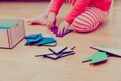 Kleines Mädchen, das mit Puzzlespiel, Früherziehung spielt Lizenzfreie Stockbilder