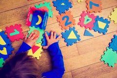 Kleines Mädchen, das mit Puzzlespiel, Früherziehung spielt Stockfoto