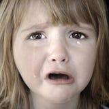Kleines Mädchen, das mit Rissen schreit Stockbild