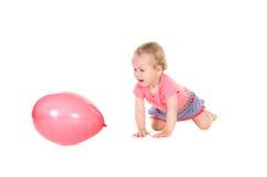 Kleines Mädchen, das mit rosa Ballon spielt lizenzfreie stockfotos