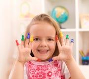 Kleines Mädchen, das mit Spielstücken spielt stockfotos