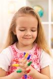 Kleines Mädchen, das mit Spielstücken spielt stockbilder