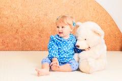 Kleines Mädchen, das mit Teddybären spielt Lizenzfreies Stockfoto