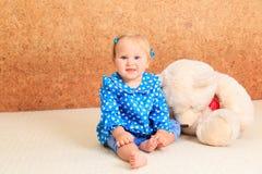 Kleines Mädchen, das mit Teddybären spielt Stockfotos