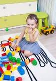 Kleines Mädchen, das mit Würfeln des Plastiks spielt Stockfotos