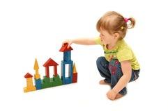 Kleines Mädchen, das mit Würfeln spielt Stockfoto