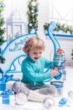 Kleines Mädchen, das mit Weihnachtsspielwaren spielt Lizenzfreie Stockbilder