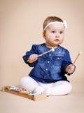 Kleines Mädchen, das mit Xylophon spielt lizenzfreie stockfotografie