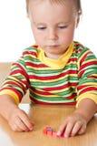 Kleines Mädchen, das mit Ziegelsteinen spielt Lizenzfreies Stockbild
