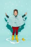 Kleines Mädchen, das in Mode tragende Herbstkleidung der Art aufwirft Lizenzfreie Stockbilder