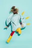 Kleines Mädchen, das in Mode tragende Herbstkleidung der Art aufwirft Stockfotos