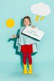 Kleines Mädchen, das in Mode tragende Herbstkleidung der Art aufwirft Lizenzfreies Stockbild