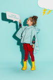 Kleines Mädchen, das in Mode tragende Herbstkleidung der Art aufwirft Lizenzfreie Stockfotografie