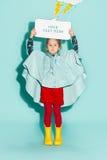 Kleines Mädchen, das in Mode tragende Herbstkleidung der Art aufwirft Lizenzfreies Stockfoto