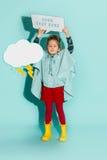 Kleines Mädchen, das in Mode tragende Herbstkleidung der Art aufwirft Stockfoto