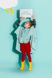 Kleines Mädchen, das in Mode tragende Herbstkleidung der Art aufwirft Stockbilder