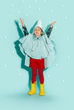 Kleines Mädchen, das in Mode tragende Herbstkleidung der Art aufwirft Stockfotografie