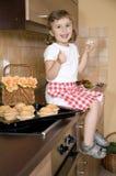 Kleines Mädchen, das Muffin isst lizenzfreies stockfoto