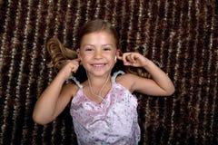 Kleines Mädchen, das Musik auf Kopfhörern hört Stockbilder