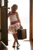 Kleines Mädchen, das nach Hause von reisender Reise kommt Lizenzfreies Stockfoto