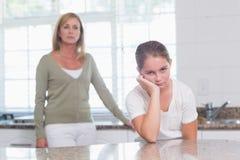 Kleines Mädchen, das nach morgens-Argument mit ihrer Mutter schmollt Lizenzfreie Stockbilder