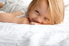 Kleines Mädchen, das nachdem dem Aufwachen lächelt lizenzfreies stockbild