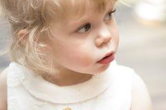 Kleines Mädchen, das oben mit ihrem Mund offen schaut Lizenzfreie Stockfotos