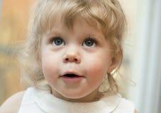 Kleines Mädchen, das oben mit ihrem Mund offen schaut Stockfotografie