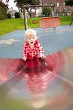 Kleines Mädchen, das oben Plättchen steigt Lizenzfreie Stockfotos