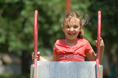 Kleines Mädchen, das oben Plättchen steigt Stockfoto