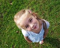 Kleines Mädchen, das oben schaut Stockbilder