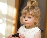 Kleines Mädchen, das oben schaut Lizenzfreie Stockfotos