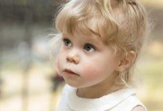 Kleines Mädchen, das oben schaut Lizenzfreies Stockfoto