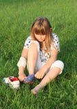 Kleines Mädchen, das oben Socken kleidet Stockfotos