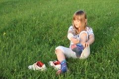 Kleines Mädchen, das oben Socken kleidet Stockfotografie