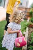 Kleines Mädchen, das Osterei-Jagd genießt Stockfotos