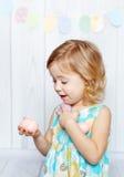 Kleines Mädchen, das Ostereier anhält Lizenzfreie Stockfotografie