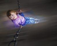 Kleines Mädchen, das am Park spielt lizenzfreies stockbild