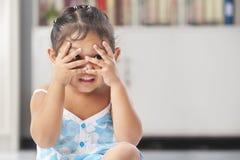 Kleines Mädchen, das Peekaboo spielt Lizenzfreies Stockbild
