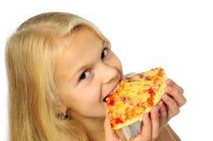 kleines Mädchen, das Pizza isst lizenzfreie stockfotografie