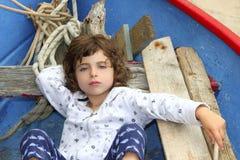 Kleines Mädchen, das Rest auf balearischem Boot hat Stockfotos