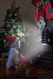 Kleines Mädchen, das Santa Claus wartet Lizenzfreies Stockfoto