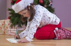 Kleines Mädchen, das Santa Letter vorbereitet lizenzfreies stockfoto
