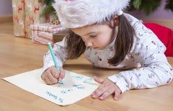 Kleines Mädchen, das Santa Letter vorbereitet lizenzfreie stockfotos