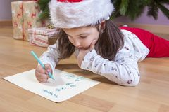 Kleines Mädchen, das Santa Letter vorbereitet lizenzfreie stockfotografie