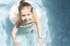 Kleines Mädchen, das am Schwimmbad spielt Stockfotos
